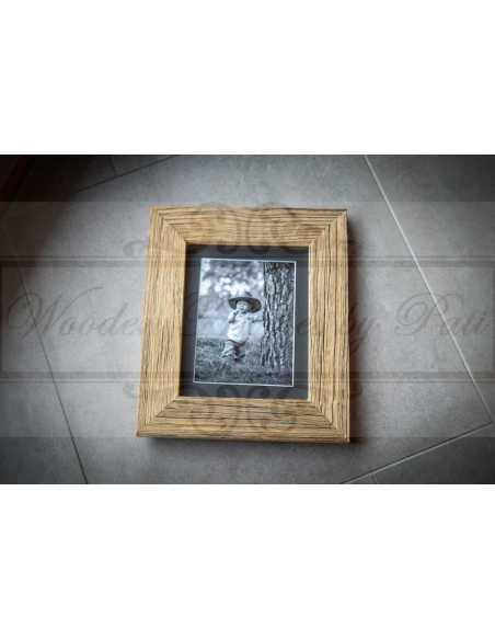 Cadre photo vieux bois avec photo en noir et blanc, passepartout noir âme blanche